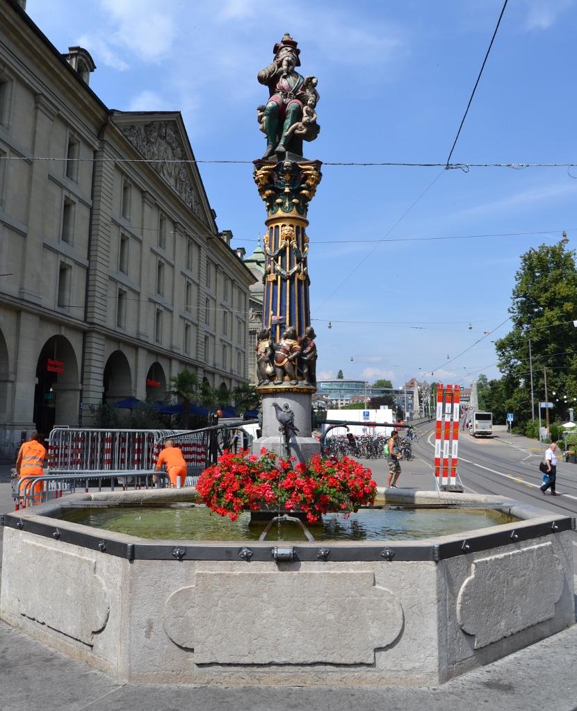 Theaterplatz (Fuente del ogro) Otro de los puntos emblemáticos de Berna son sus fuentes decorativas, que representan personajes históricos. La mayoría se concentran en los tramos de la Marktgasse, pero la más famosa está en la Kornhausplatz, la Kindlifresserbrunnen o Fuente del Ogro, que representa a un gigante deborando niños.